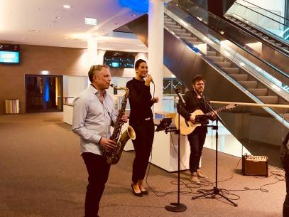Walking Act buchen - Die mobile Liveband als Akustikband mit Sängerin und Saxofon (Saxophone) für Ihre Betriebsfeier, ihr Kunden-Event oder Firmenfeier und Messe buchen. Akustikband und Loungeband als Walking-Act bei DeineBand buchen.